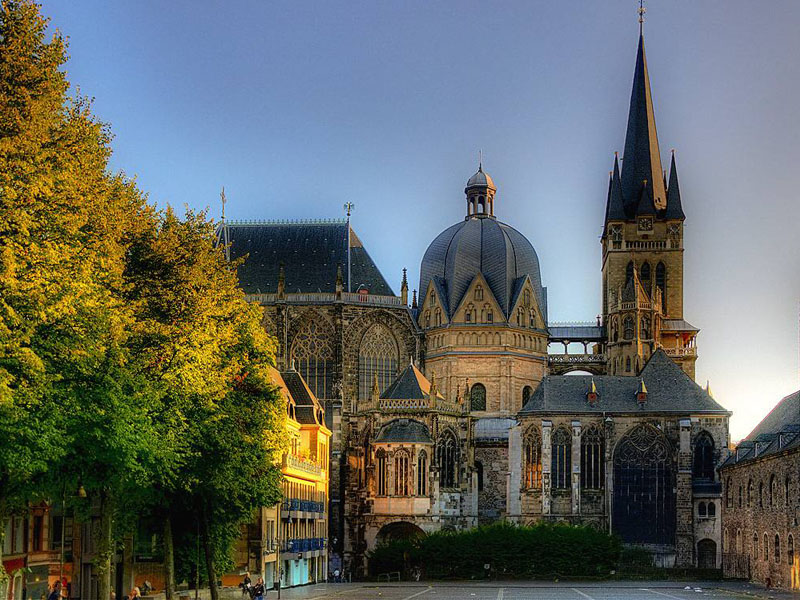 здание собора в Аахене
