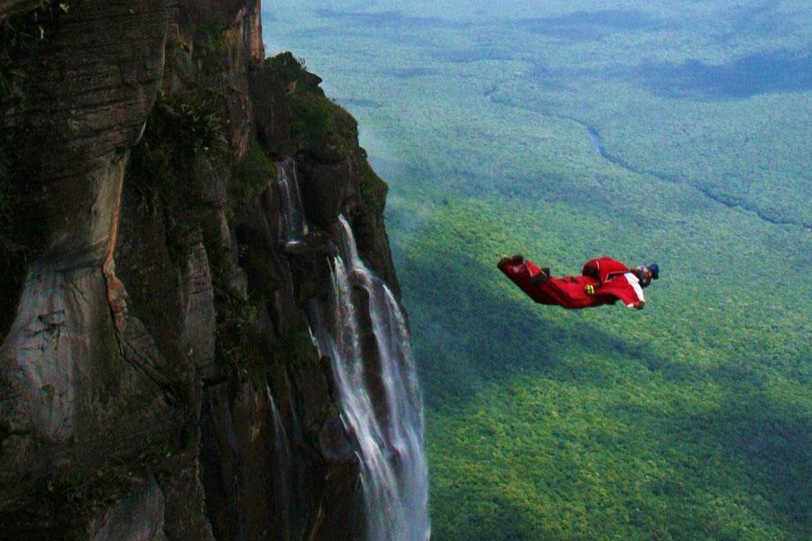 лодка падает с водопадами