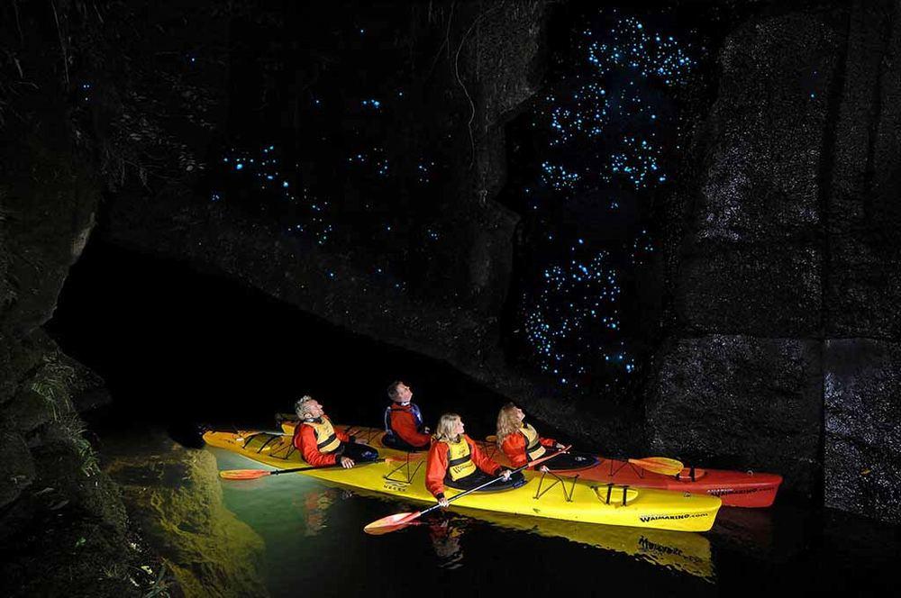 Экскурсия на лодке в пещеру Вайтомо